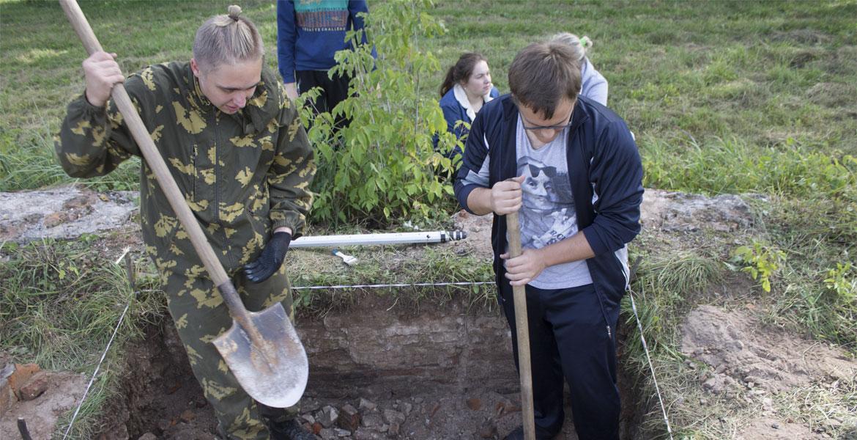 Студенты историко-филологического факультета исследуют остатки монастыря